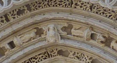 Poitiers, portail de Sainte-Radegonde, le Christ supporté par deux anges