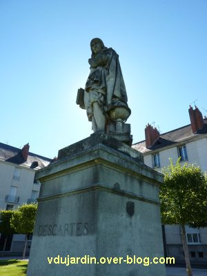 Tours, statue de Descartes, 3, presque de face