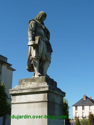 Tours, statue de Descartes, 4, le côté droit