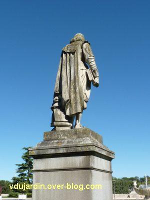 Tours, statue de Descartes, 5, de dos