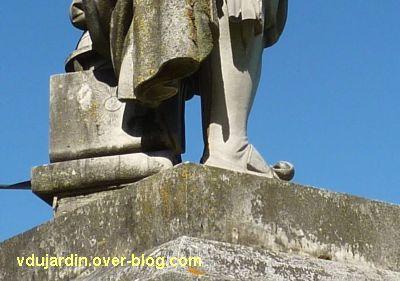 Tours, statue de Descartes, 6, les chaussures