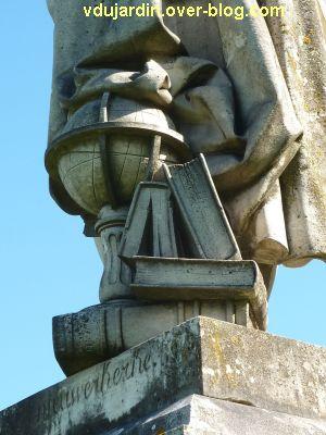 Tours, statue de Descartes, 7, les livres et le globe terrestres