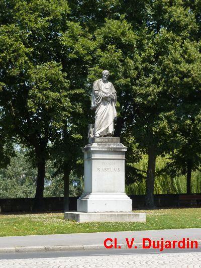 Tours, la statue de Rabelais, 1, vue de loin
