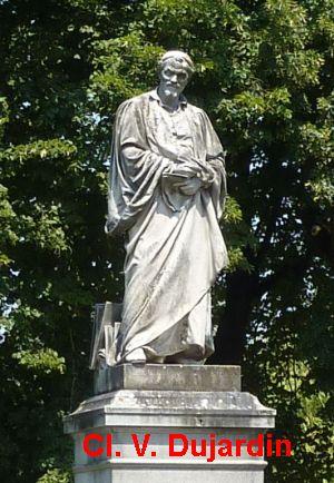 Tours, la statue de Rabelais, 2, vue de face