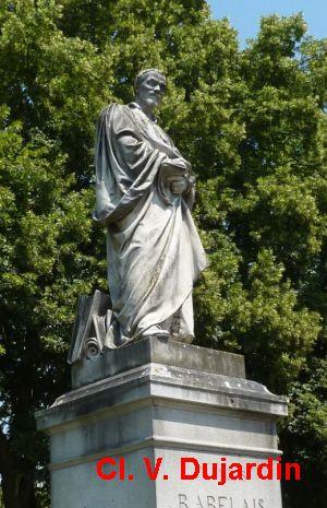 Tours, la statue de Rabelais, 3, vue de trois quarts