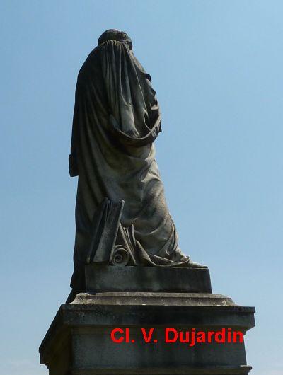 Tours, la statue de Rabelais, 4, vue de dos