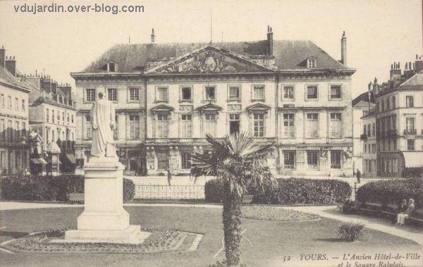 Tours, l'ancien hôtel de ville et la statue de Rabelais