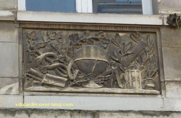 Poitiers, 36 rue Grimaux, 3, relief avec objets du cabinet