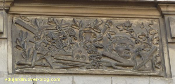 Poitiers, 36 rue Grimaux, 5, relief avec objets liés à l'art