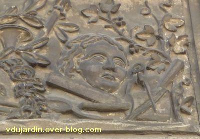 3Poitiers, 36 rue Grimaux, 6, détail du relief avec objets liés à l'art