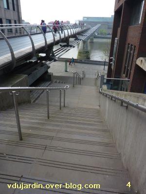 Londres, 17 avril 2011, défi APN escaliers, 4, entre la passerelle du millénaire et le quai
