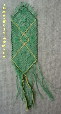 Marque-page en dentelle au fuseau, verte et jaune, offert par Roselyne