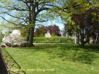 Poitiers, 8 avril 2011, des haies, 9, le dolmen de dos
