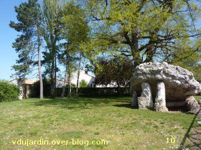 Poitiers, 8 avril 2011, des haies, 10, le dolmen de face