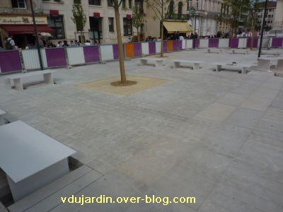 22 avril 2011, Poitiers, 5, place d'Armes, les bancs enlevés