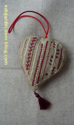 Coeur brodé en broderie traditionnelle rouge et beige