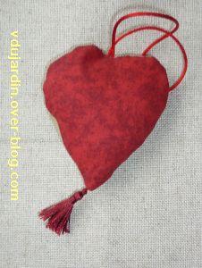 Coeur brodé en broderie traditionnelle rouge et beige, le dos