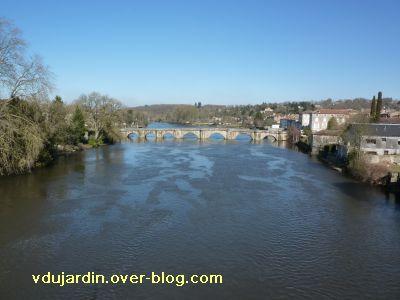 Confolens, le pont vieux depuis l'amont
