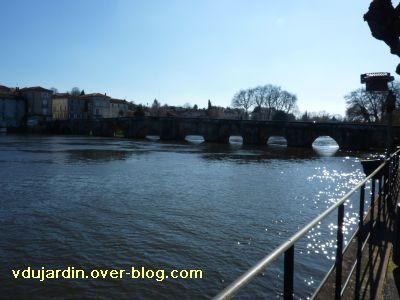 Confolens, le pont vieux depuis l'aval