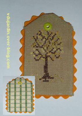 Etiquette avec un arbre printanier