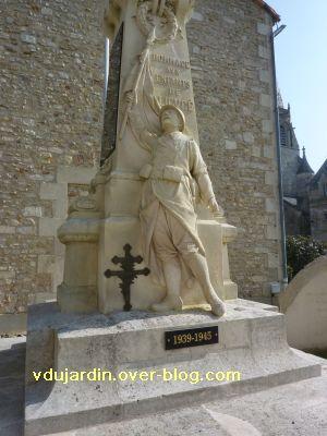Le monument aux morts de Ligugé, 3, le soldat brandissant un drapeau