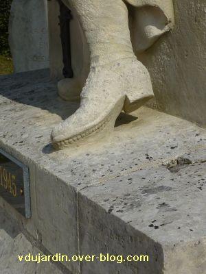 Le monument aux morts de Ligugé, 6, détail de la chaussure gauche du soldat