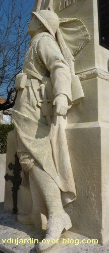 Le monument aux morts de Ligugé, 5, vu de trois quarts dos