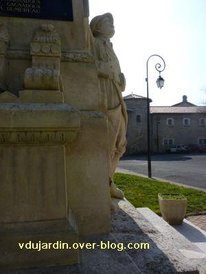 Le monument aux morts de Ligugé, 6, le soldat de face caché derrière la stèle