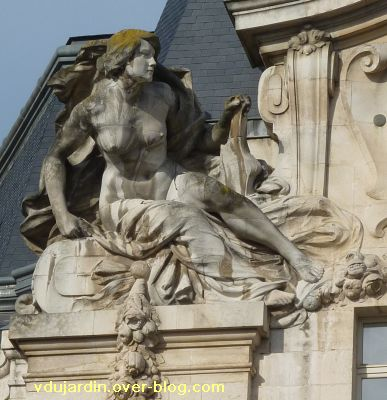 Poitiers, complément de la grande poste, 3, allégorie féminine à gauche