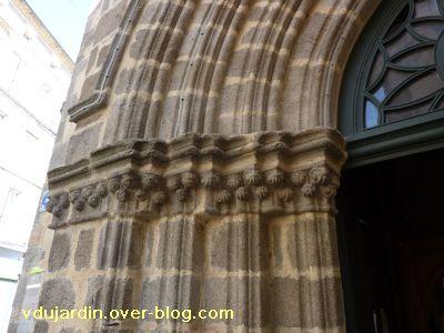 Confolens, l'église Saint-Maxime, 2, détail du portail limousin avec chapiteaux à crochets