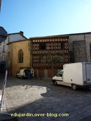 Confolens, l'église Saint-Maxime, 4, les maisons adossées au nord