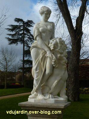 Poitiers, le lion amoureux de Maindron nettoyé dans le parc de Blossac
