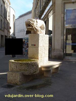 Poitiers, fontaines, 13 mai 2011, 6, devant Saint-Porchaire