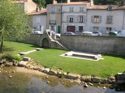 La fontaine du légat et son lavoir, près du pont Joubert à Poitiers
