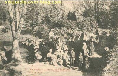 Poitiers, le jardin des plantes, carte postale ancienne, 3, la grotte avec des enfants