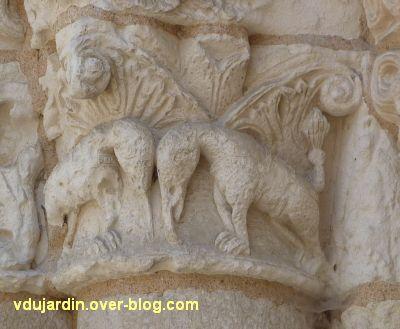 Poitiers, façade de Notre-Dame-la-Grande, le chapiteau aux éléphants, 1, vu de trois-quarts