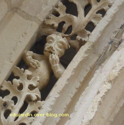 Poitiers, portail de Sainte-Radegonde, rouleau externe, 5, quatrième singe