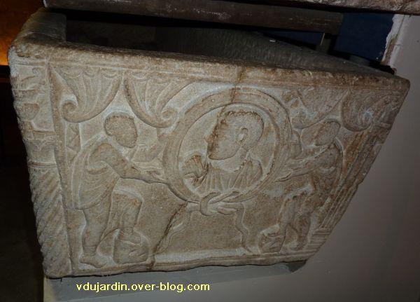 Toulouse, le sarcophage dans l'église Saint-Sernin, 05, petit côté droit (médaillon avec portrait)