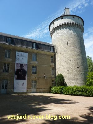 Tours, la façade est du château pendant l'exposition Zola / Kertesz