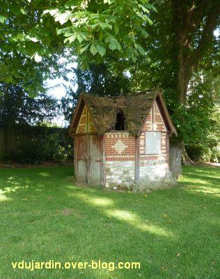 Tours, le jardin des plantes, 04, un petit bâtiment au toit de chaume à restaurer
