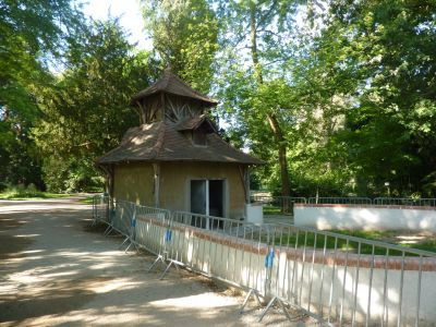 Tours, le jardin des plantes, 05, un petit bâtiment aux murs de terre à restaurer