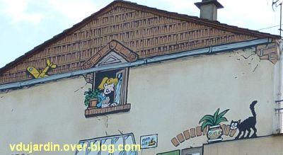 Angoulême, le mur peint de Margerin, un samedi à Malakoff, 3, la voisine à sa fenêtre et le chat