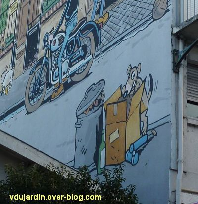 Angoulême, le mur peint de Margerin, un samedi à Malakoff, 5, un chat fouille les poubelles