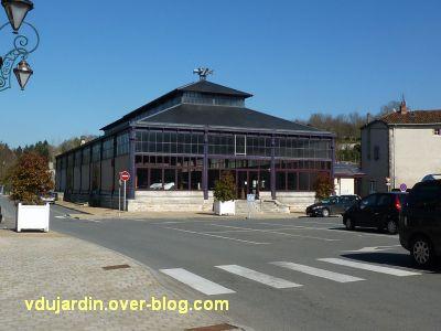 Lien vers le blog de Véronique D, la halle de Confolens, 1, vue générale
