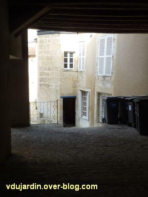 Poitiers, hôtel particulier rue de l'Ancienne comédie, 4, l'escalier dans la cour