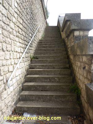 Poitiers, escaliers de la grotte des druides, 1, première volée dans le sens montée