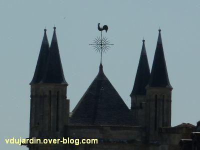 Poitiers, des girouettes, 06, la girouette de la tour sud de la cathédrale vue de loin
