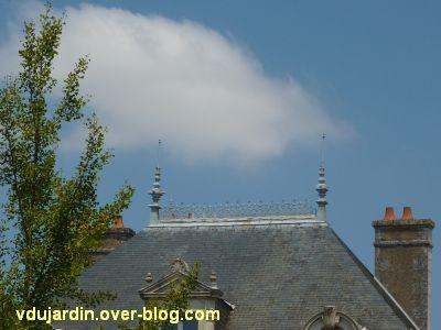 Poitiers, des girouettes, 17, ligne de crête sur une maison rue Renaudot
