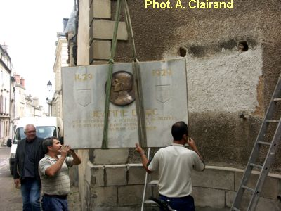 Poitiers, remise en place de la plaque de Jeanne d'Arc, 2, en suspension