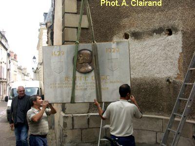 Poitiers, remise en place de la plaque de Jeanne d'Arc, 2, en suspension